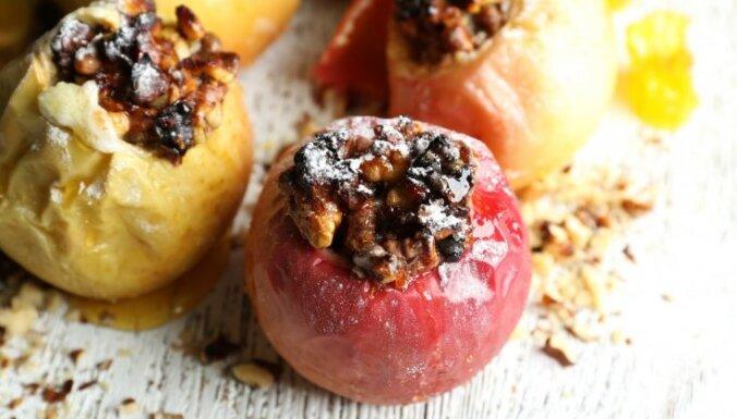Vienkāršais saldais ēdiens – ko pildīt krāsnī ceptos ābolos