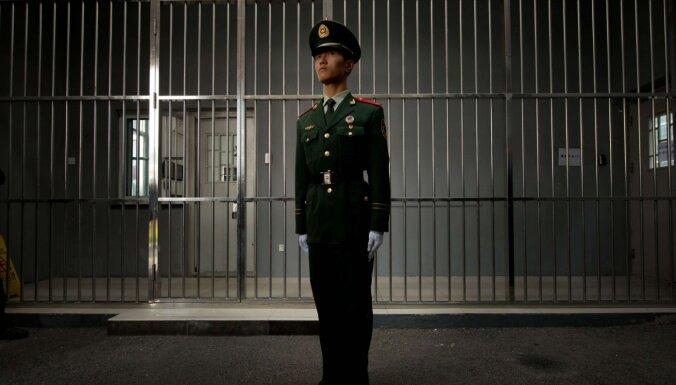 Uiguru pāraudzināšanas nometnēs Ķīnā sievietes tiekot sistemātiski izvarotas