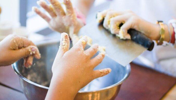 Kā viegli nomazgāt pie pirkstiem un traukiem pielipušu mīklu