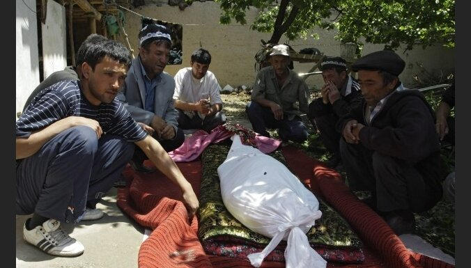 Kirgizstānas nemieros jau 176 upuri; Uzbekistāna nepieņem bēgļus