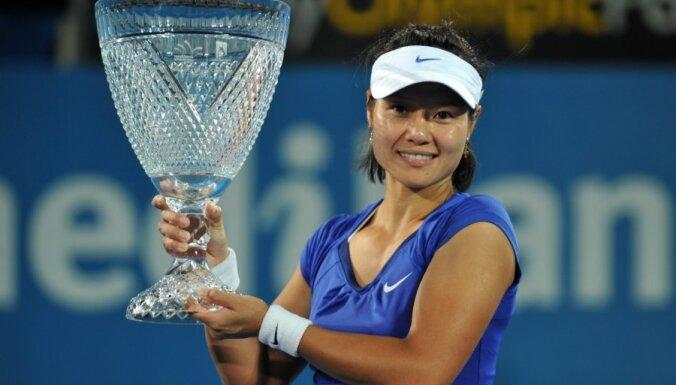 Čempionei Li pārliecinoša uzvara arī Francijas atklātā čempionāta otrajā kārtā