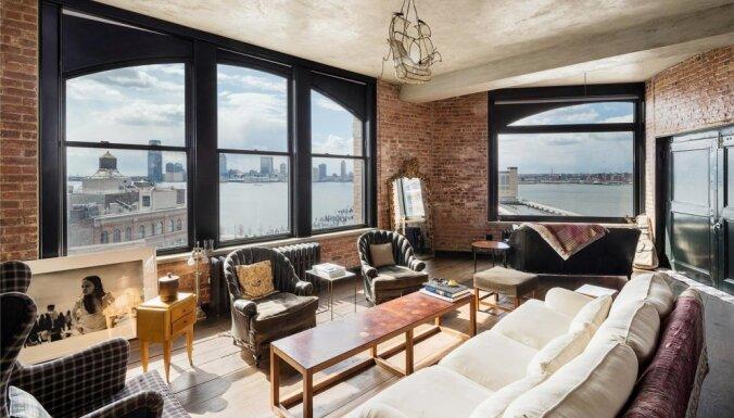 Kirstenas Danstas dzīvoklis Ņujorkā, kurā logi ir sienas augstumā
