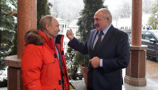 Lukašenko varētu lūgt palīdzību Krievijai, pieļauj pētniece