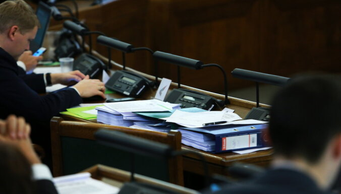 Piecu mēnešu laikā administratīvi sodīti astoņi Saeimas deputāti