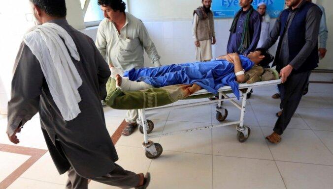 Sprādzienos Afganistānas stadionā zaudējuši dzīvību vismaz astoņi cilvēki