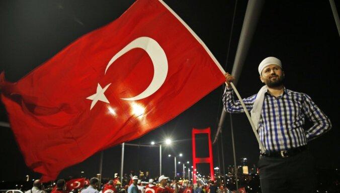 Turcijā aizdomās par sadarbību ar kurdu kaujiniekiem atstādina vairāk nekā 10 000 skolotāju