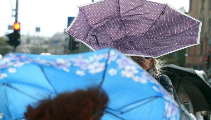 Синоптики предупреждают о шквалистом ветре и сильных осадках в понедельник