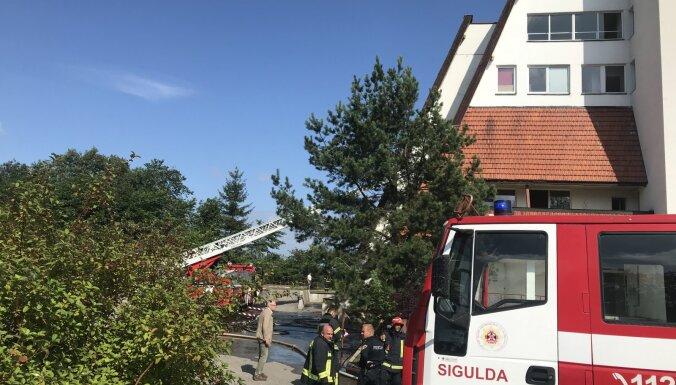 ФОТО: Из-за брошенного окурка в Сигулде загорелось здание бобслейной трассы (дополнено)