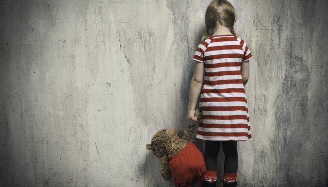 Rīgā māte ar siksnu piekauj savu desmit gadus veco meitu