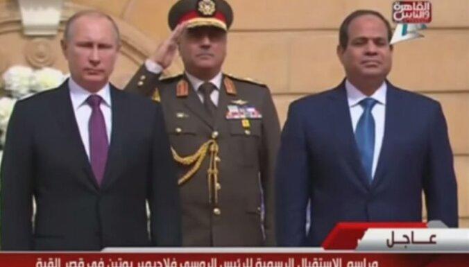 Video: Putinu Ēģiptē sveic ar greizi nospēlētu Krievijas himnu