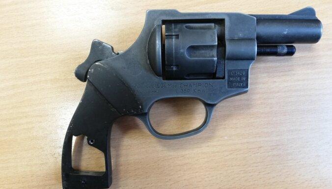 В Тукумсе мужчина на улице целился из оружия в прохожего