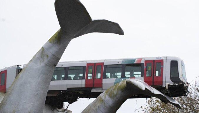 ФОТО: поезд метро пробил ограждение и завис в воздухе на скульптуре