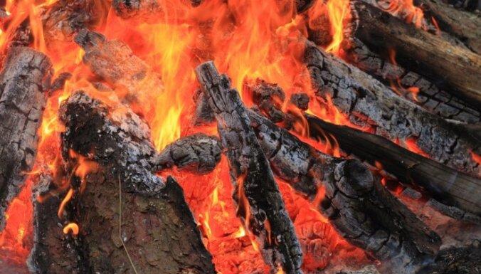 Vīrietis apdedzinājies pēc aerosola flakona iemešanas ugunskurā