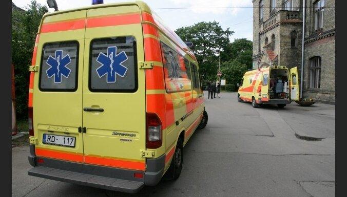 NRA: vedot no slimnīcas uz slimnīcu, bērns zaudē aci