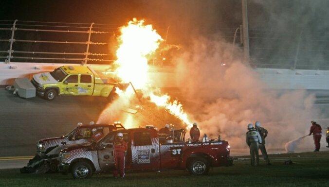 ВИДЕО: Отец пилота NASCAR во время гонки спас сына из горящей машины