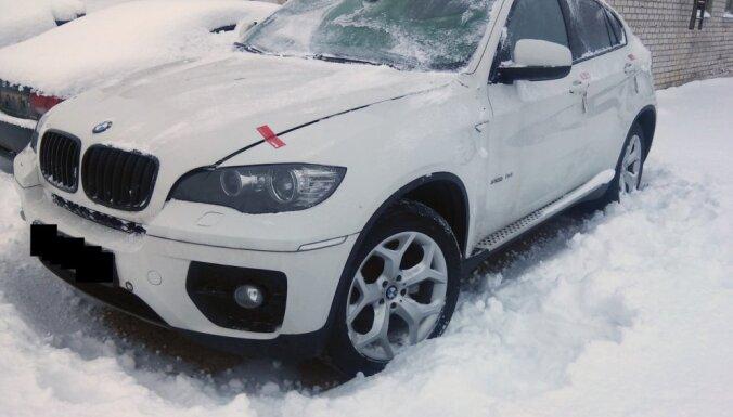 Foto: Izsolīs krimināllietā Ludzā izņemtu 'BMW X6' ar viltotu šasijas numuru