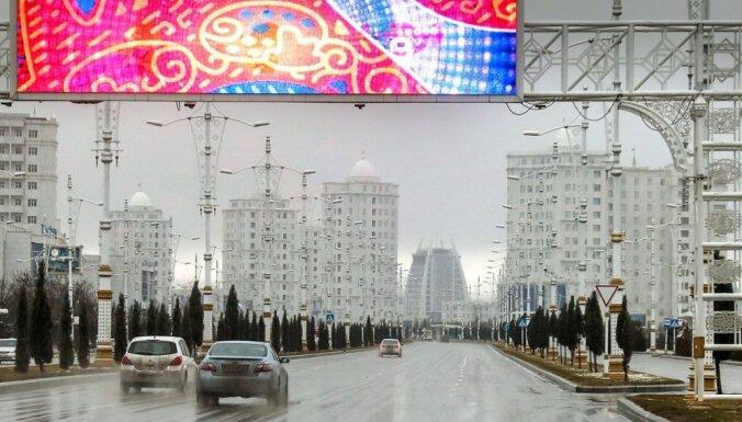Turkmenistānas galvaspilsētā aizliegti 'nelaimi nesošie' melnie auto