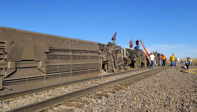 Три человека погибли и десятки пострадали в результате крушения поезда в США