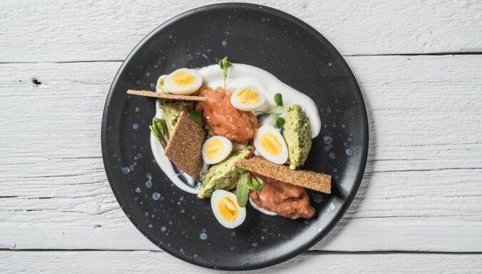 Тартар из лосося с перепелиными яйцами