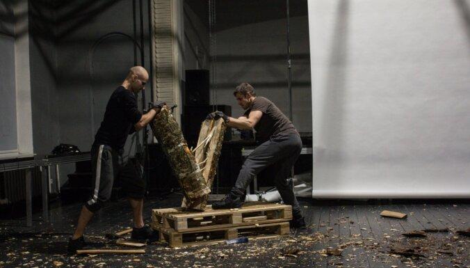 Ģertrūdes ielas teātrī top Andreja Jarovoja izrāde 'Malkas ceļi'