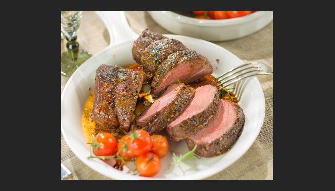 Liellopa steiks ar rozmarīnu un grilētiem dārzeņiem