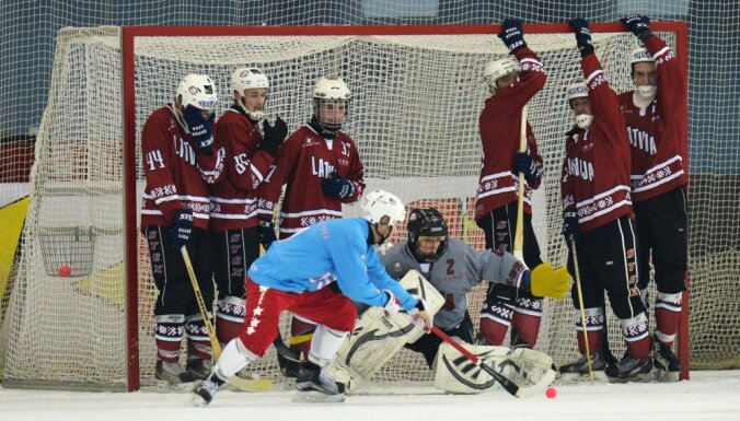 Foto: Latvijas 'bumbiņas dzenātāji' uz lielā ledus laukuma sāk pasaules čempionātu