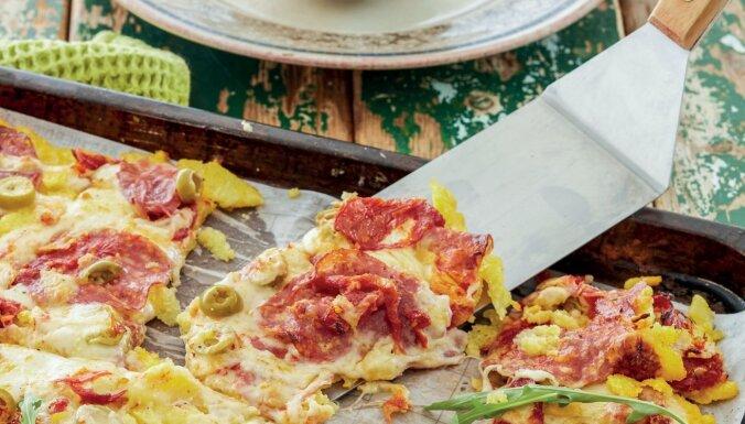 Modīgā polentas pica ar saulē kaltētiem tomātiem un salami