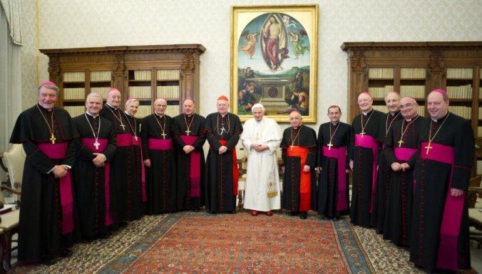 Pāvests atļauj kardināliem konklāvu sākt agrāk