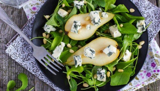 Rukolas un spinātu salāti ar zilo sieru, ciedru riekstiem un apceptiem bumbieriem