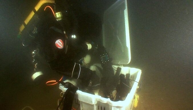 31.08.2010. A undated image made available 31 August 2010 showing a diver of the salvage crew collecting champagne bottles from the wreck during the August 2010 salvation dive in the Aland archipelago off Finnish coast, Mariehamn, Finland. A group of Swed