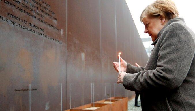 Berlīnes mūra krišanas 30. gadadienā Merkele aicina Eiropu aizstāvēt demokrātiju un brīvību