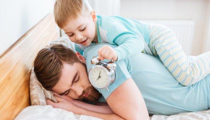 Bērna miega ieradumi: kāpēc mans mazais ceļas agri no rīta