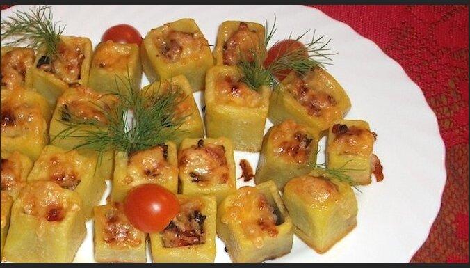 Pildīti kartupeļu kubiņi ar cauraudzīti un siera cepurēm