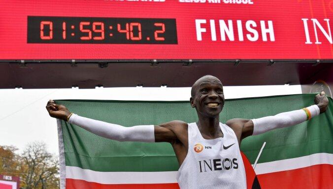 ВИДЕО: Кениец Кипчоге первым в мире пробежал марафон быстрее двух часов