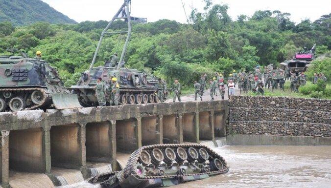 Taivānā no tilta upē iekrīt tanks; trīs bojā gājušie