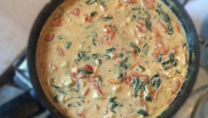 Students virtuvē: Vista, tomāti un spināti saldā krējuma un čili mērcē