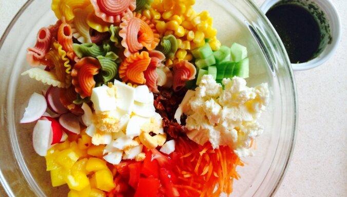 Raibie makaronu salāti ar dārzeņiem