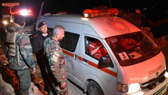 Simtiem evakuēto sīriešu iestrēguši asiņainā sprādziena vietā