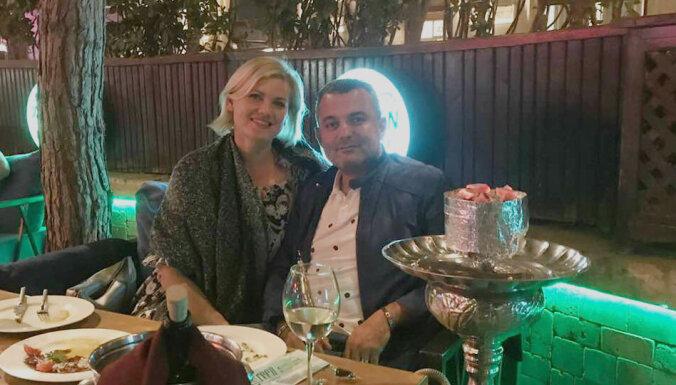 Hosams un Linda Abu Meri iepriecina ar romantisku kopbildi