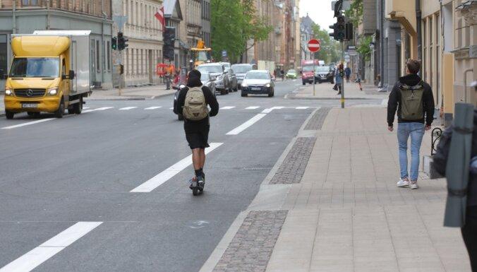 Foto: Bruņinieku ielā sāk ierīkot velojoslas