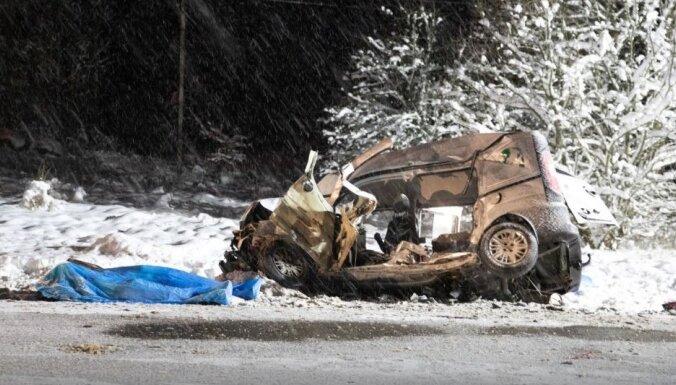 Foto: Traģiskā sadursmē Lietuvā gājuši bojā pieci cilvēki no viena auto