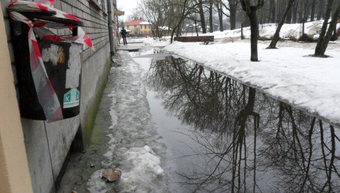 Foto: Sniegam kūstot, applūdusi dzīvokļu mājas apkārtne Dzegužu ielā
