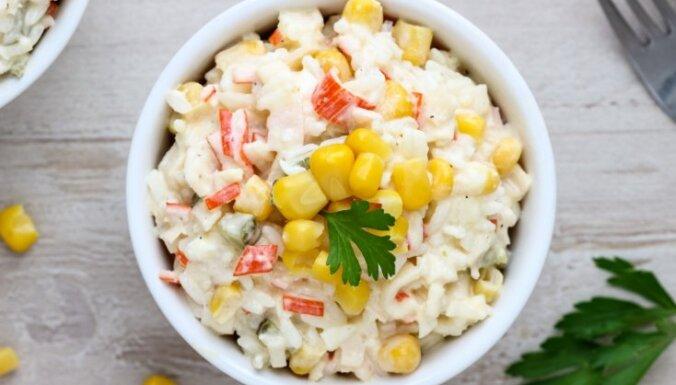 Krabju salāti ar rīsiem un papriku