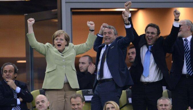 """Меркель """"сломалась"""" и может приехать в Киев на футбол"""
