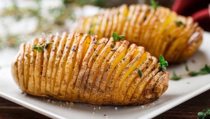 Kā vienkārši izcept kartupeļus vēdekļa formā?