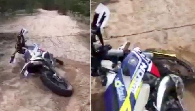 Motociklists Stopiņu novadā pēdējā brīdī nobremzē pirms pār ceļu novilktas dzeloņdrāts