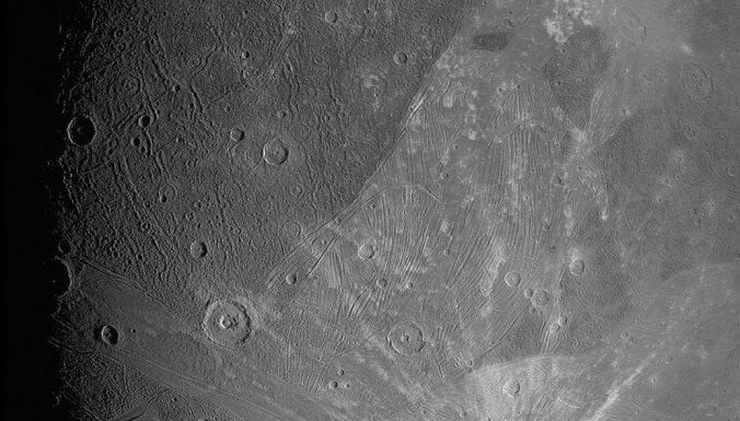 Publicēti iespaidīgi Saules sistēmas lielākā mēness tuvplāni – pirmie 20 gadu laikā