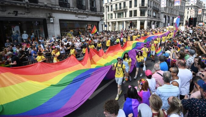 Тысячи людей пришли на ежегодный гей-прайд в Лондоне