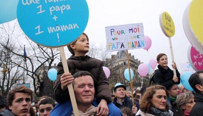 Десятки тысяч французов вышли протестовать против однополых браков