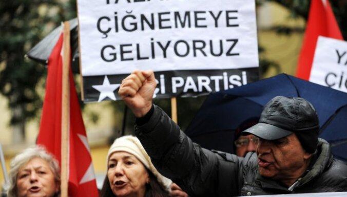 Protestējot pret Francijas 'genocīda noliegšanas likumu', Turcija no Parīzes atsauc vēstnieku